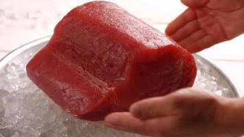 enorme pedaço de salmão. não estrague a comida. video