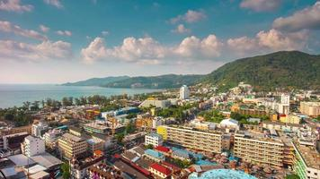 Thailand sonniger Tag Patong Beach Town Dach Panorama 4k Zeitraffer video