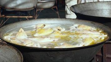 Gros plan sur la cuisson du poulet dans l'eau bouillante