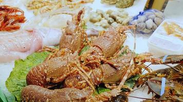 vivi aragoste e granchi, mescolare le chele. il famoso mercato della boqueria a barcellona