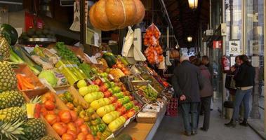 Spanien Madrid sonniger Tag San Miguel Markt Obst Ecke 4k