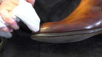 colorazione e cura delle calzature artigianali
