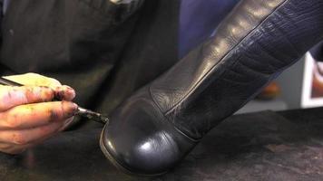 handgemaakte kleuring en verzorging van schoenen