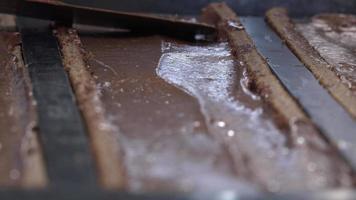 preparação de um log de yule, pera e praliné video