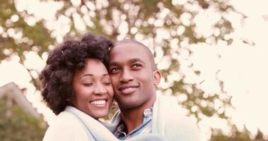 sorridente giovane coppia che abbraccia romanticamente