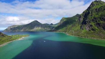 Fjord pittoresque sur les Lofoten en Norvège