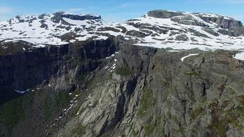 imagens aéreas de penhascos ao redor da famosa rocha trolltunga na noruega video