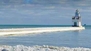 Time-lapse del puerto helado con faro en un día ventoso de invierno video