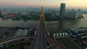 Vista aerea del ponte Bhumibol a Bangkok in Tailandia video