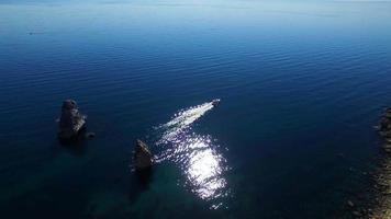pequeno barco navegando nas águas do mar negro