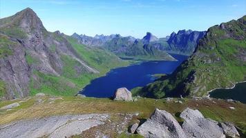 Voler au-dessus des randonneurs sur les îles Lofoten en Norvège