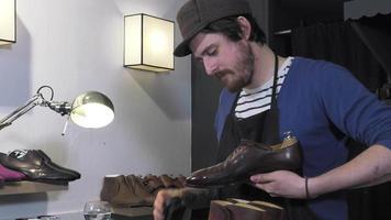 coloración artesanal y cuidado del calzado