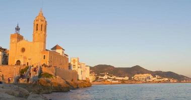 Sonnenuntergang Küste 4k Blick auf Sitges Kirche von Sant Bartomeu und Santa Tecla