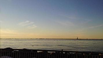 coucher de soleil time-lapse port de new york 4k