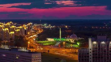 Bélarus minsk coucher de soleil perspective trafic monument panorama 4k time-lapse