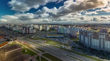 belarus, dia nublado, minsk city, tráfego, estrada, 4k, time lapse video