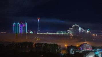 panorama di illuminazione notturna del centro città di Bielorussia minsk 4k lasso di tempo video