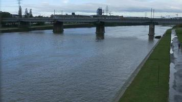 Puente sobre el río vistula en Cracovia