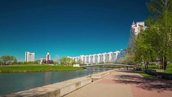 Bielorussia minsk giornata di sole nemiga fiume panorama 4k lasso di tempo 4k lasso di tempo
