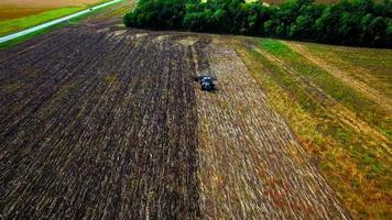 Vue aérienne du tracteur labourant le sol video