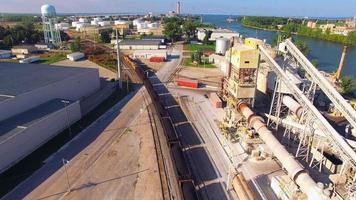 Kohlezug, der durch Industriepark auf Fluss, Luftaufnahme rollt