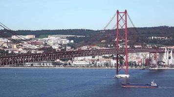 Vista sobre el puente 25 de abril en Lisboa video