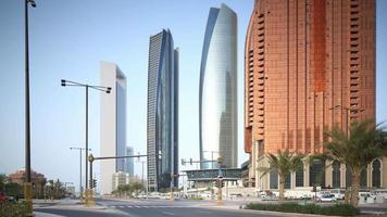 VAE Sommertag Abu Dhabi Straßenverkehr Kreuzung Panorama 4k Zeitraffer