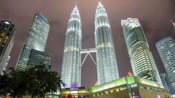 malásia noite luz petronas twin towers klcc shopping no centro da cidade topos panorama 4k time lapse