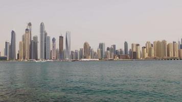 VAE Dubai Marina Sommerzeit Tag Bucht Gebäude Palmenpanorama 4k