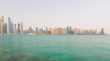 VAE Sommertag Dubai Marina JBR Palmen Panorama 4k Zeitraffer