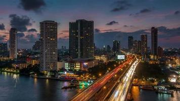 Panorama de la azotea del puente del tráfico del río Bangkok puesta de sol de Tailandia 4k lapso de tiempo