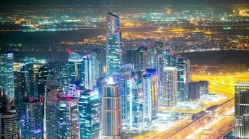Nachtlicht hohe Ansicht auf Dubai Street Zeitraffer