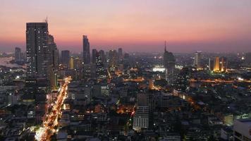 Tailandia atardecer crepúsculo bangkok paisaje urbano tráfico calles techo superior panorama 4k lapso de tiempo