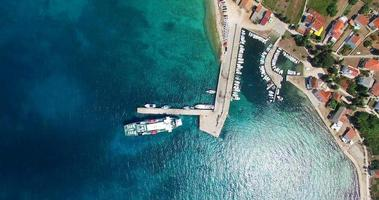 veduta aerea del traghetto in partenza dal porto di olib island video