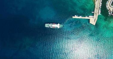 veduta aerea del traghetto in partenza dal porto di olib island
