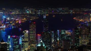 panorama della parte superiore del tetto di luce notturna 4k lasso di tempo da hong kong