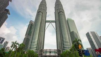Malasia kuala lumpur día petronas torres gemelas ciudad calle centro vista 4k lapso de tiempo