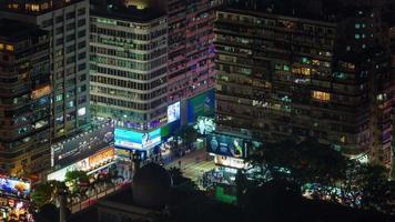Lapso de tiempo de 4 k de cruce de tráfico nocturno desde la azotea en hong kong china