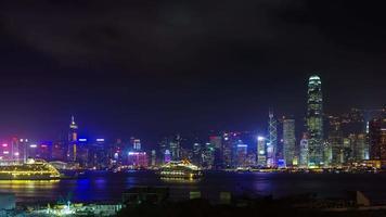 Lapso de tiempo de luz nocturna panorámica 4k desde la bahía de hong kong