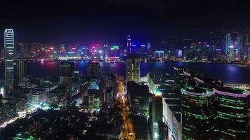 panorama de la ville de lumière de nuit avec la route de la circulation 4k time-lapse de hong kong