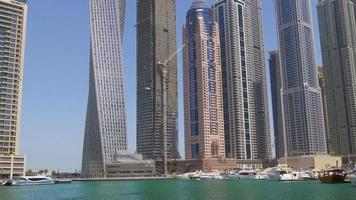 uae day time dubai marina rascacielos bahía panorama 4k video