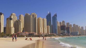 VAE Sommerzeit Tageslicht Dubai Marina Küste Panorama 4k