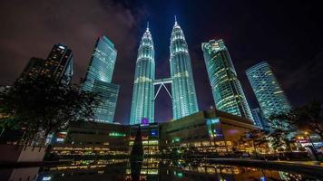 torri panoramiche del cielo di luce notturna Mostra lasso di tempo di 4 k da kuala lumpur