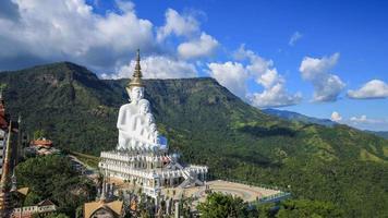 Lapso de tempo de 4k de cinco budas no templo wat phra thad pha son kaew, phetchabun, tailândia video