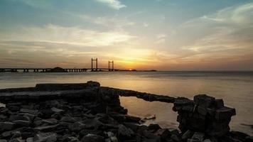 puesta de sol en el puente del mar de china oriental, puerto de aguas profundas de shanghai yangshan, lapso de tiempo, 4k