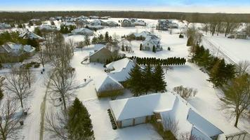 cavalcavia invernale di ricche case di periferia