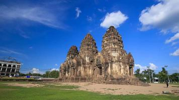 4k lapso de tempo do templo phra prang sam yot, arquitetura antiga em lopburi, Tailândia