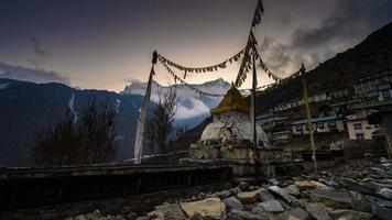 Estupa rota después del terremoto y la cordillera del Himalaya en Nepal con el fondo del pico Gongde.