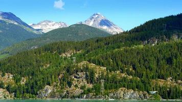florestas de montanha, pinheiros e lago de montanha verde, escoamento de geleira video