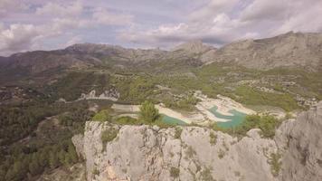 vista aérea do reservatório e da barragem de guadalest - marina baixa, costa blanca, alicante, comunidade valenciana, espanha